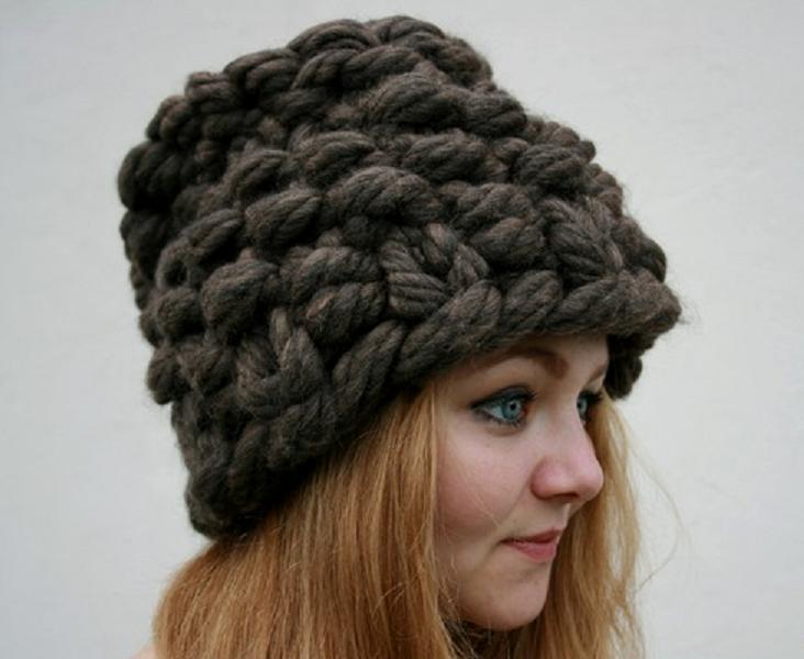 Una gorra hecha de grueso patrón de ganchillo de hilo. Tejiendo en ...