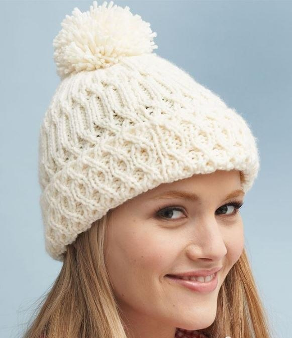 Sombrero de moda con una venda elástica con solapa. Gorro cálido ...